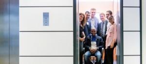 Kim Schofaerts (uiterst links) is een van de initiatiefnemers van Jongeren in de lift